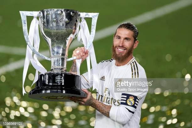 Sergio Ramos celebrate cliching their 34th Spanish La Liga title after the La Liga match between Real Madrid CF and Villarreal CF at Estadio Alfredo...
