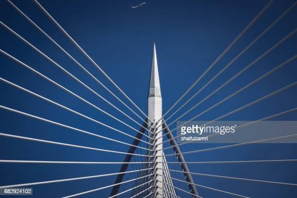 seri wawasan bridge is a cable-stayed bridge in putrajaya, malaysia - shaifulzamri fotografías e imágenes de stock