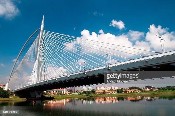 seri wawasan bridge. - putrajaya stock pictures, royalty-free photos & images