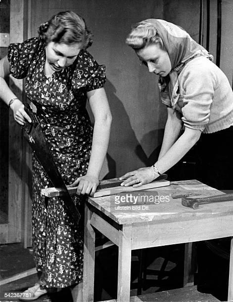 Serie aus dem Sarah Lawrence Collegein Bronxville umd dem Vassar Collegebei New YorkIn der Tischlerwerkstatt desSarah Lerschienen Dame 26/1938