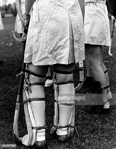 Serie aus dem Sarah Lawrence Collegein Bronxville umd dem Vassar Collegebei New YorkBeine von Hockeyspielerinnenerschienen Illus 36/1937ferrum...