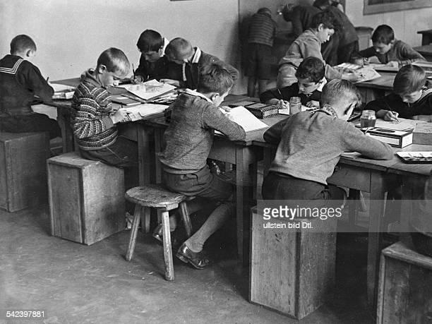 Serie über 'Schulen in Not' aufgrund von Sparmassnahmen wurden an Berliner Volksschulen Klassen zusammengelegt und Lehrer abgebaut hier Schüler in...