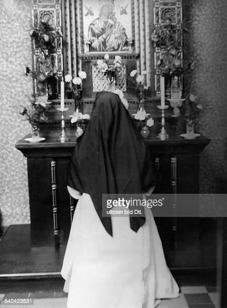 Serie Das Kloster vom Guten Hirten ein Wohltätigkeitsstaat innerhalb der Großstadt Betende Nonne vor einem Marienaltar 1930 Fotografie NeofotFotag /...