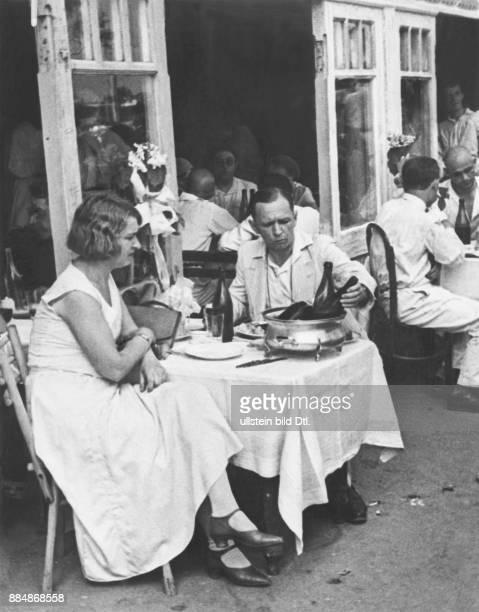 Serie Derby 1932 in Moskau elegant gekleidete Besucher auf der Pferderennbahn speisen im Restaurant Strassberg Unionbild Originalaufnahme im Archiv...