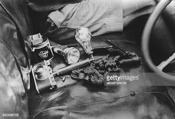 Serie Die KapKairoStrasse in NordrhodesienWichtige Utensilien eines Weltreisenden Die Leica mit Blitz eine Taschenlampe Zigaretten und Streichhölzer...