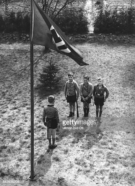 Serie Kinder spielen Soldat Jungen machen 'Meldung' vor einer HakenkreuzFahneveröffentlicht 1941Foto Käte Boddien Bavaria