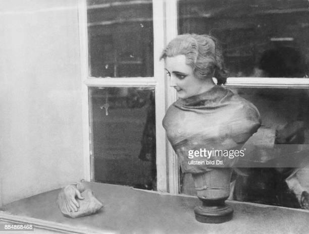 Serie Moskau will kaufen Schaufenster von einem Friseur Strassberg Unionbild Originalaufnahme im Archiv von Ullstein Bild