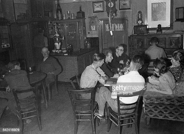 Serie 'Musikstudenten helfen bei derErnte'Feierabend im Dorfkrug 1940Erschienen in BIZ 37/1940Fotografie Umbo