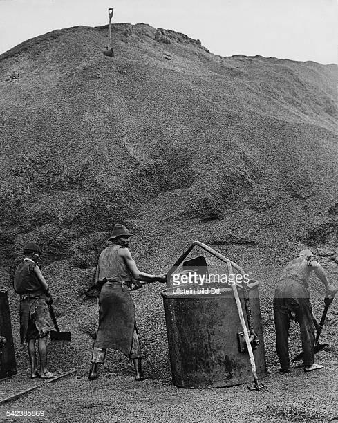 Serie 'Vom KaffeeÜberfluss in Brasilien' 1932Arbeiter schaufeln Kaffeebohnen in einen Behälter der Kaffee soll aus wirtschaftlichen Gründen...