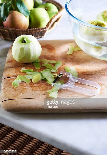 series peeling apples - dunschiller stockfoto's en -beelden