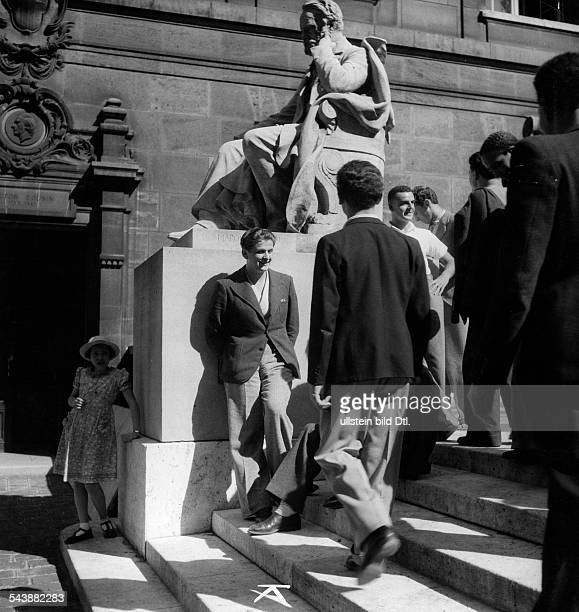 Series students of the university Sorbonne in front of the memorial Victor Hugo in Paris Photographer Malina Published by 'BZ' Vintage property of...