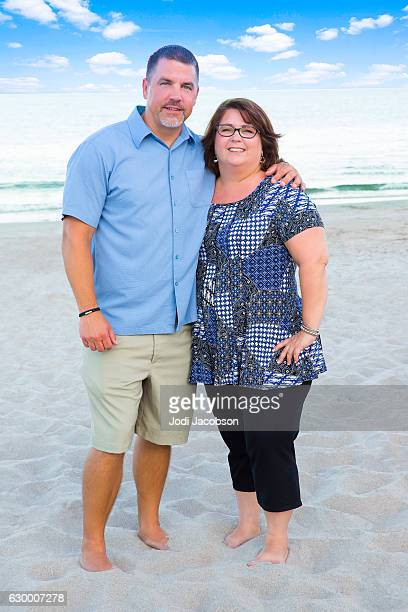 series:happily married plus size couple on the beach - dicke frauen am strand stock-fotos und bilder