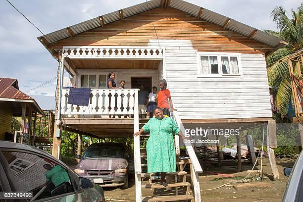 serie:familia hounduran en los escalones de la casa del pueblo de chabolas en roatán - américa central fotografías e imágenes de stock