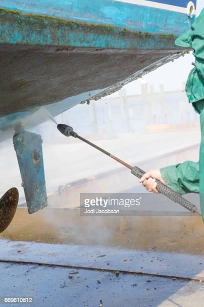 Serie: Energie wäscht Seepocken auf einer Yacht im Trockendock