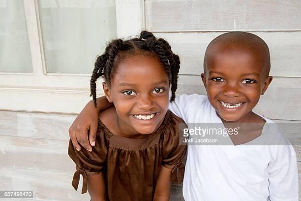 serie:joven hermano y hermana hondureños en su porche delantero - américa central fotografías e imágenes de stock