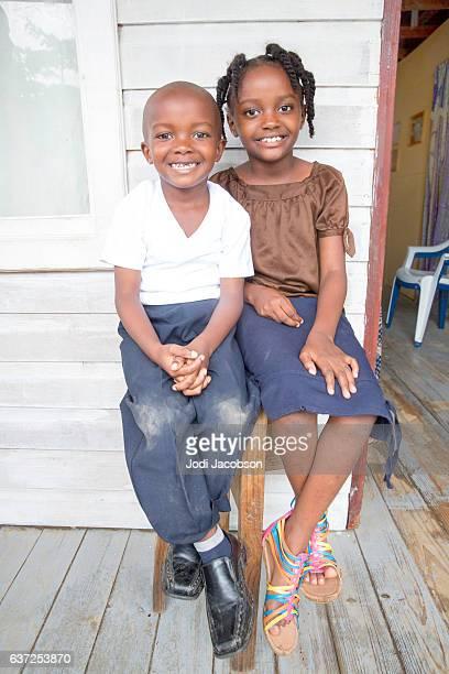 serie:joven hermano y hermana hondureños sentados en el porche delantero - américa central fotografías e imágenes de stock