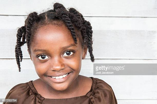 series:young honduran girl with braided hair - alleen één meisje stockfoto's en -beelden