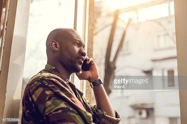 Les soldats afro-américaine parler sur le téléphone.