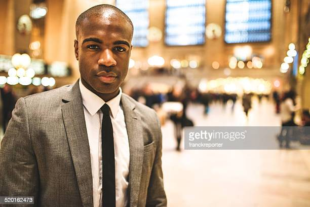 Grave afroamerican Homme d'affaires sur la station
