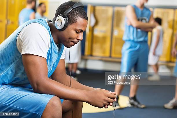バスケットボール選手な音楽を聴きながらのロッカールーム - チームジャージ ストックフォトと画像