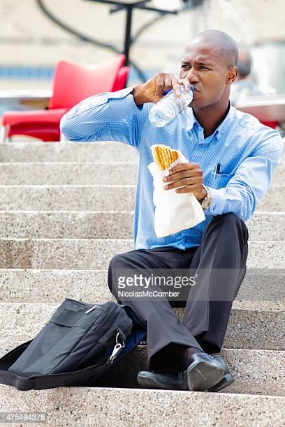 Ernst Schwarz Büroberuf isst Mittagessen im Freien