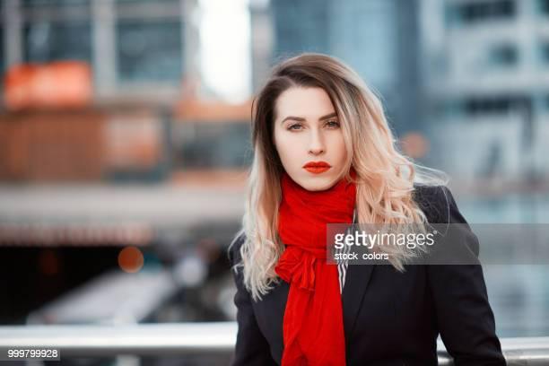 mujer de negocios en la ciudad - pañuelo rojo fotografías e imágenes de stock
