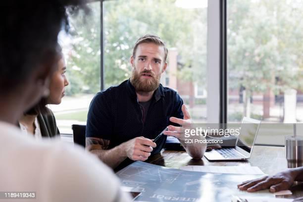 serieuze zakenman confronteert collega - confrontatie stockfoto's en -beelden