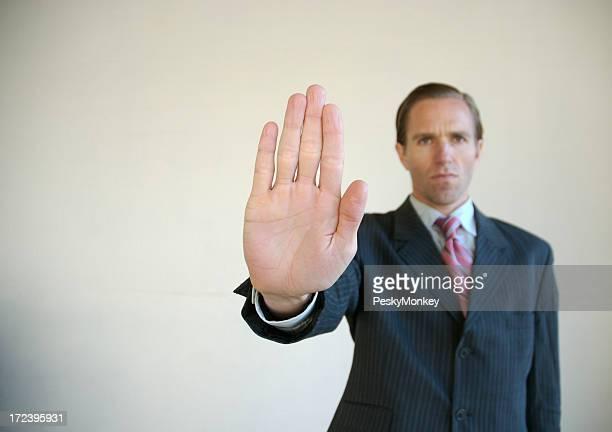 Sérieux Homme d'affaires en tenant l'arrêt Geste de la main Paume
