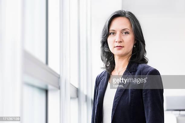Femme d'affaires sérieux à la fenêtre
