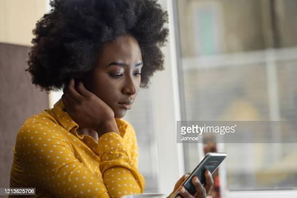 femme d'affaires sérieuse utilisant le téléphone portable - plan moyen angle de prise de vue photos et images de collection