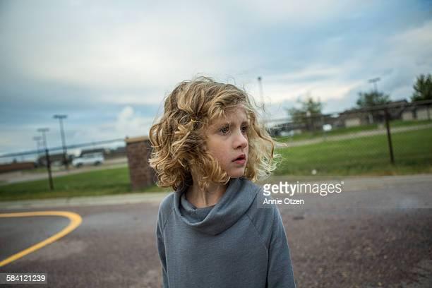 serious child - ein mädchen allein stock-fotos und bilder