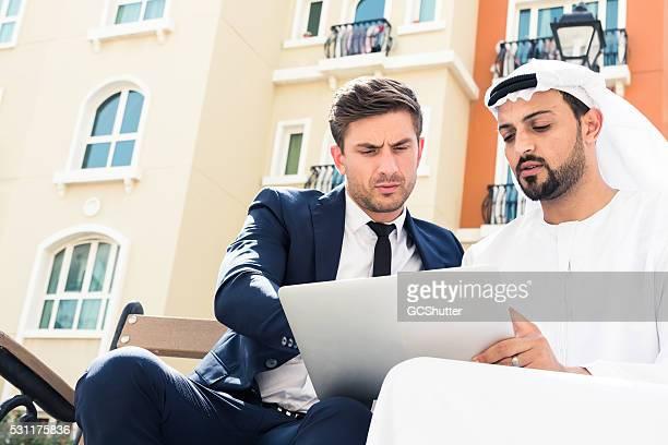 Conversation sérieuse sur une tablette numérique