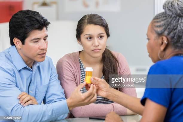 深刻な医師は十代の少女のための薬を処方します。