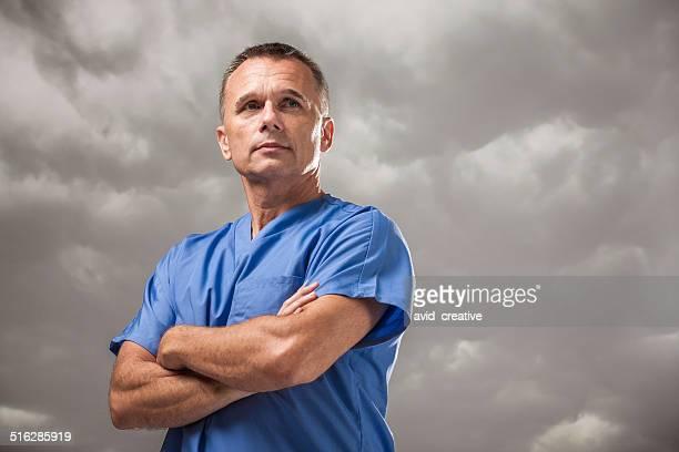 Grave médico com Agoirento céu nublado
