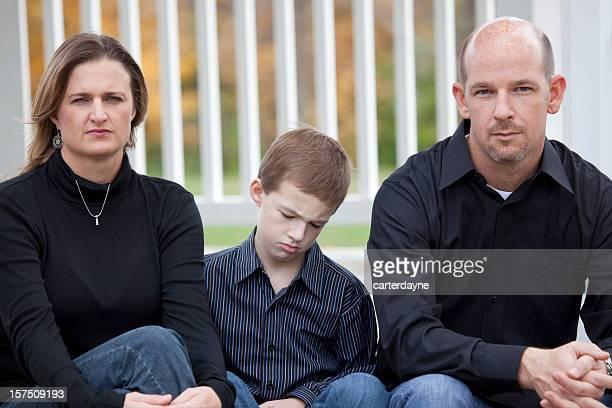深刻な父と母と息子と家族悲しい