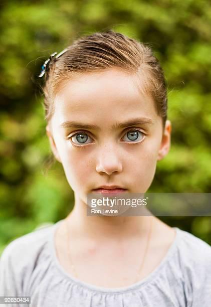serious girl with blue eyes, portrait - olhos azuis - fotografias e filmes do acervo