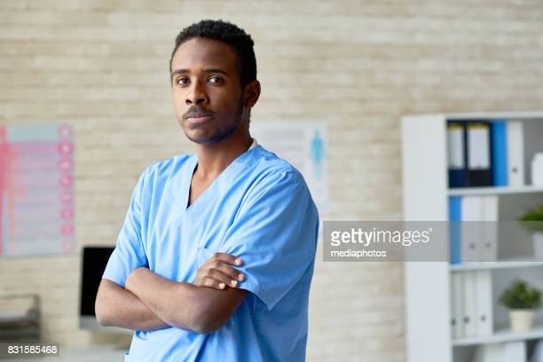 sérieux beau stagiaire médicale - infirmier photos et images de collection