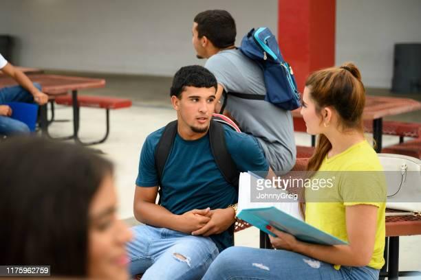 adolescente latino-americano sério que fala ao colega fêmea - 18 19 anos - fotografias e filmes do acervo