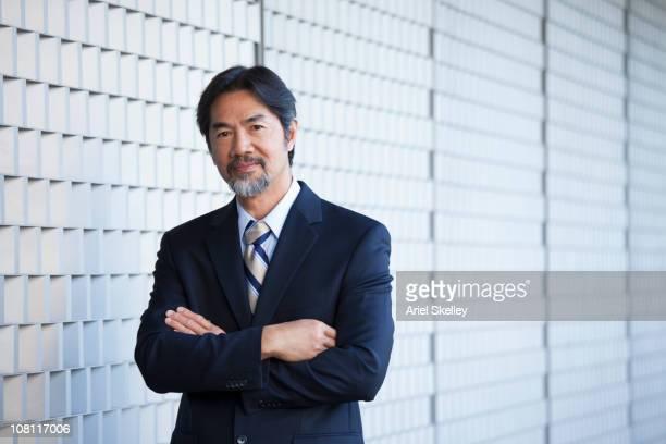 本格的な日本の実業家、腕を組む