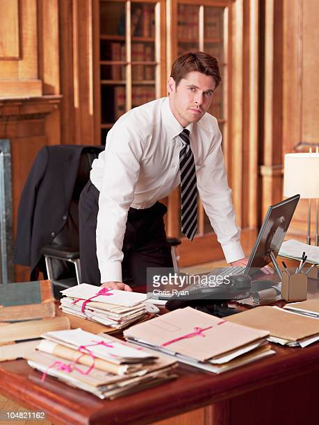 gravi avvocato che lavora al computer portatile in ufficio - tre quarti foto e immagini stock