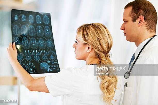Ernsten Blick Arzt untersuchen einen Magnetresonanztomographie.