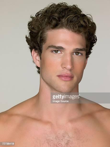 jovem homem sério olhando para - homem pelado imagens e fotografias de stock