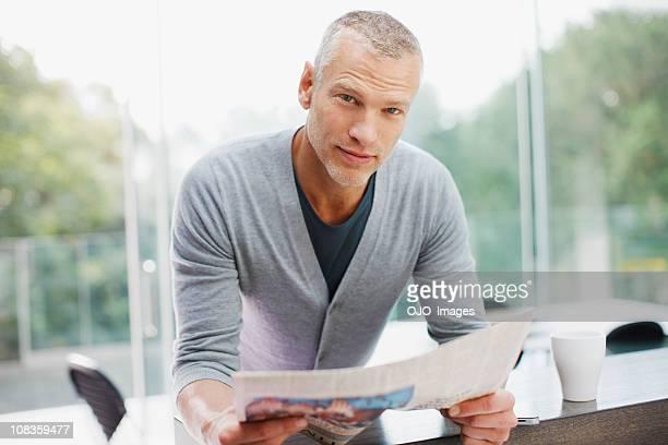 Ernste Mann liest Zeitung