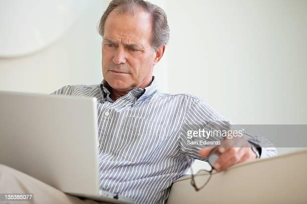 Hombre serio con capacidad para computadora portátil