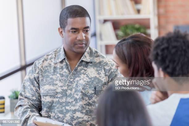 兵役について若い人たちと深刻な軍事役員協議