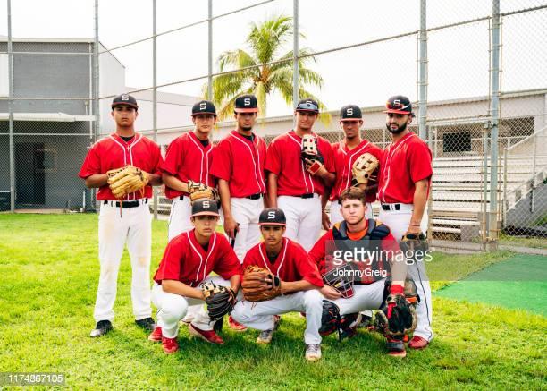 深刻な9人のヒスパニック野球チームがプレーする準備ができて - 高校野球 ストックフォトと画像