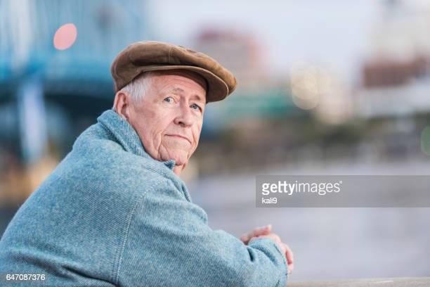 hombre serio, apoyado en la barandilla en el paseo marítimo - un solo hombre mayor fotografías e imágenes de stock