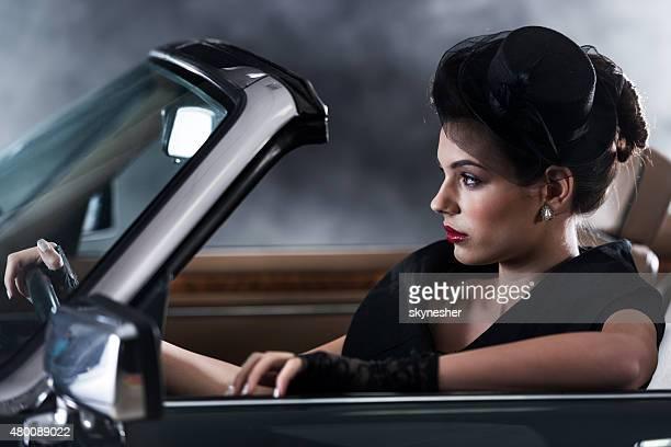 Très vieille femme conduire voiture décapotable.
