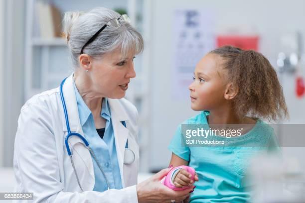 Pédiatre grave avec le jeune patient