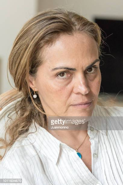 ernstig nadenkend volwassen vrouw - spaans en portugese etniciteit stockfoto's en -beelden